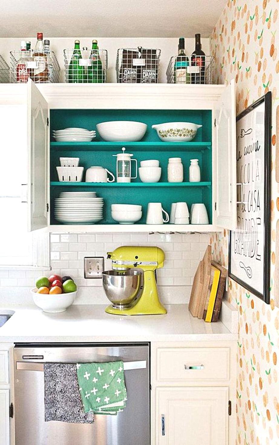 Βάψτε το εσωτερικό των ντουλαπιών της κουζίνας.