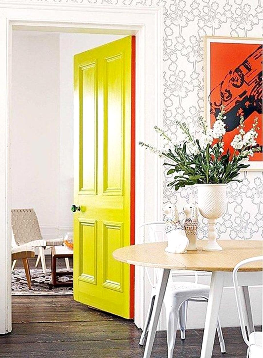 Βάψτε περιμετρικά την πόρτα με ένα έντονο χρώμα.
