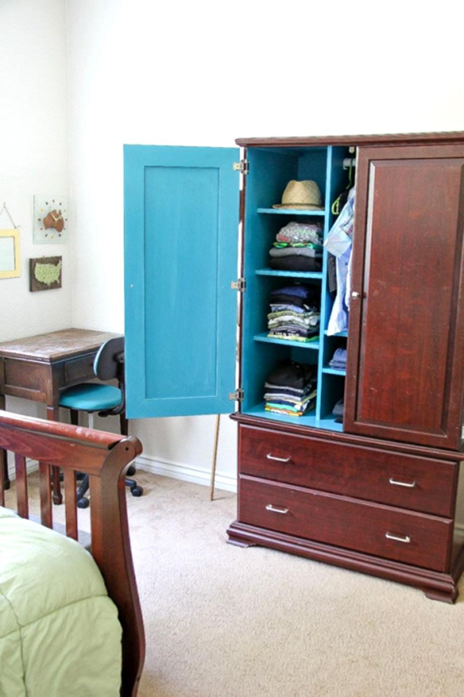 Βάψτε το εσωτερικό της ντουλάπας των ρούχων.