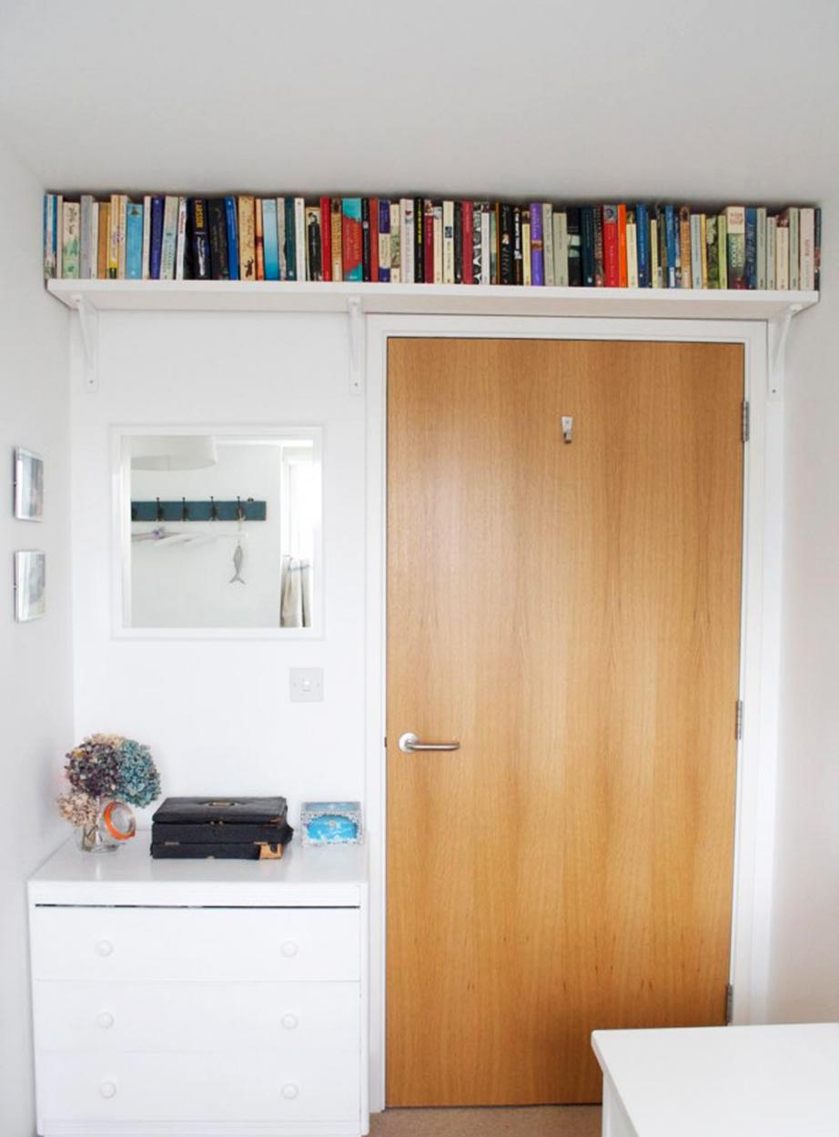 Τοποθετήστε ράφια πάνω τις πόρτες.