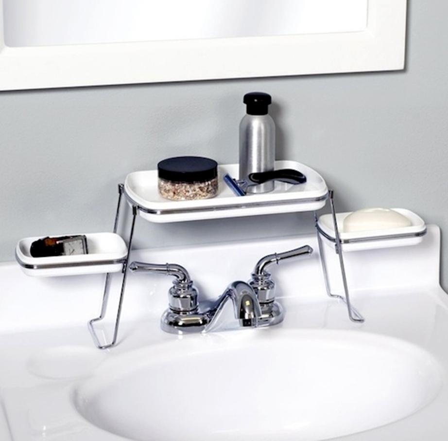 Τοποθετήστε έτοιμες βοηθητικές βάσεις ή ράφι πάνω από το νεροχύτη στο μπάνιο. Το ίδιο μπορείτε να κάνετε και στον νεροχύτη της κουζίνας, δείτε εδώ πώς!