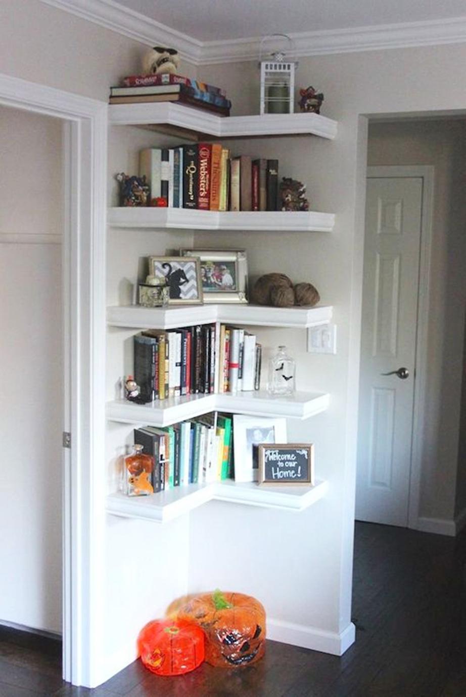 Τοποθετήστε ράφια στις γωνίες των τοίχων που δημιουργούνται μεταξύ των δωματίων.