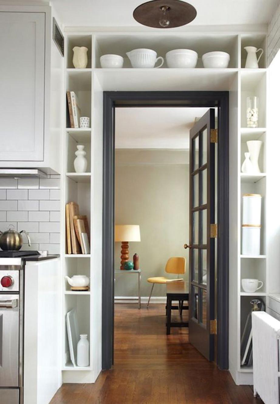 Εκμεταλλευτείτε τα κενά γύρω από τις εσωτερικές πόρτες.