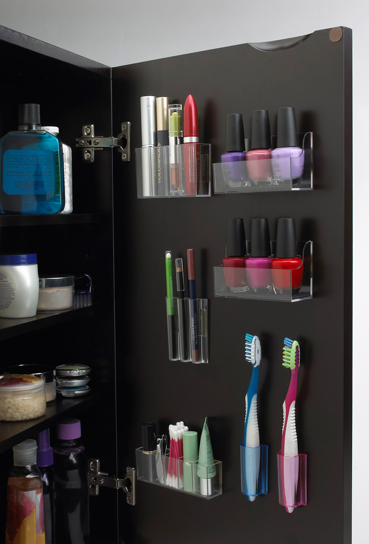 Κολλήστε βοηθητικές θήκες οργάνωσης στα καπάκια των ντουλαπιών του μπάνιου.