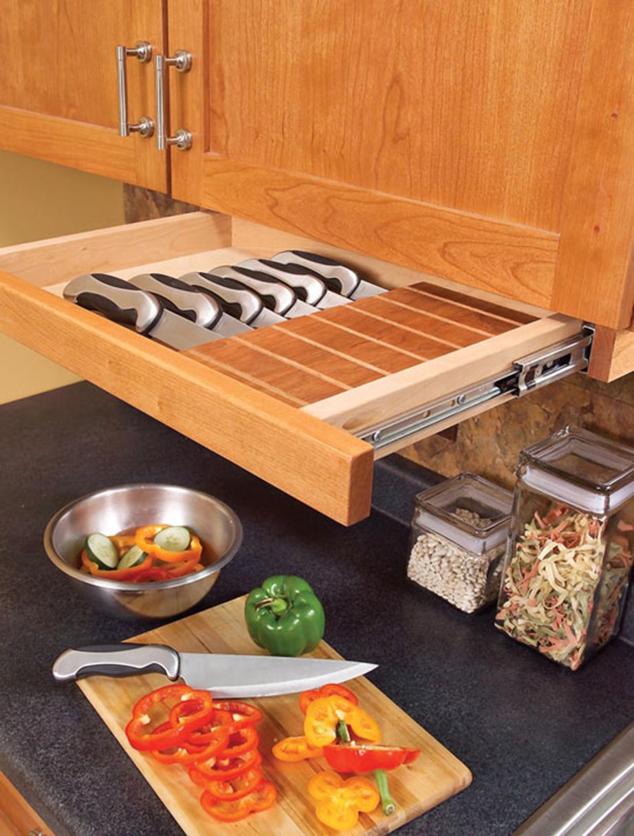 Αντικαταστήστε τις κορνίζες των ντουλαπιών της κουζίνας με συρτάρια.