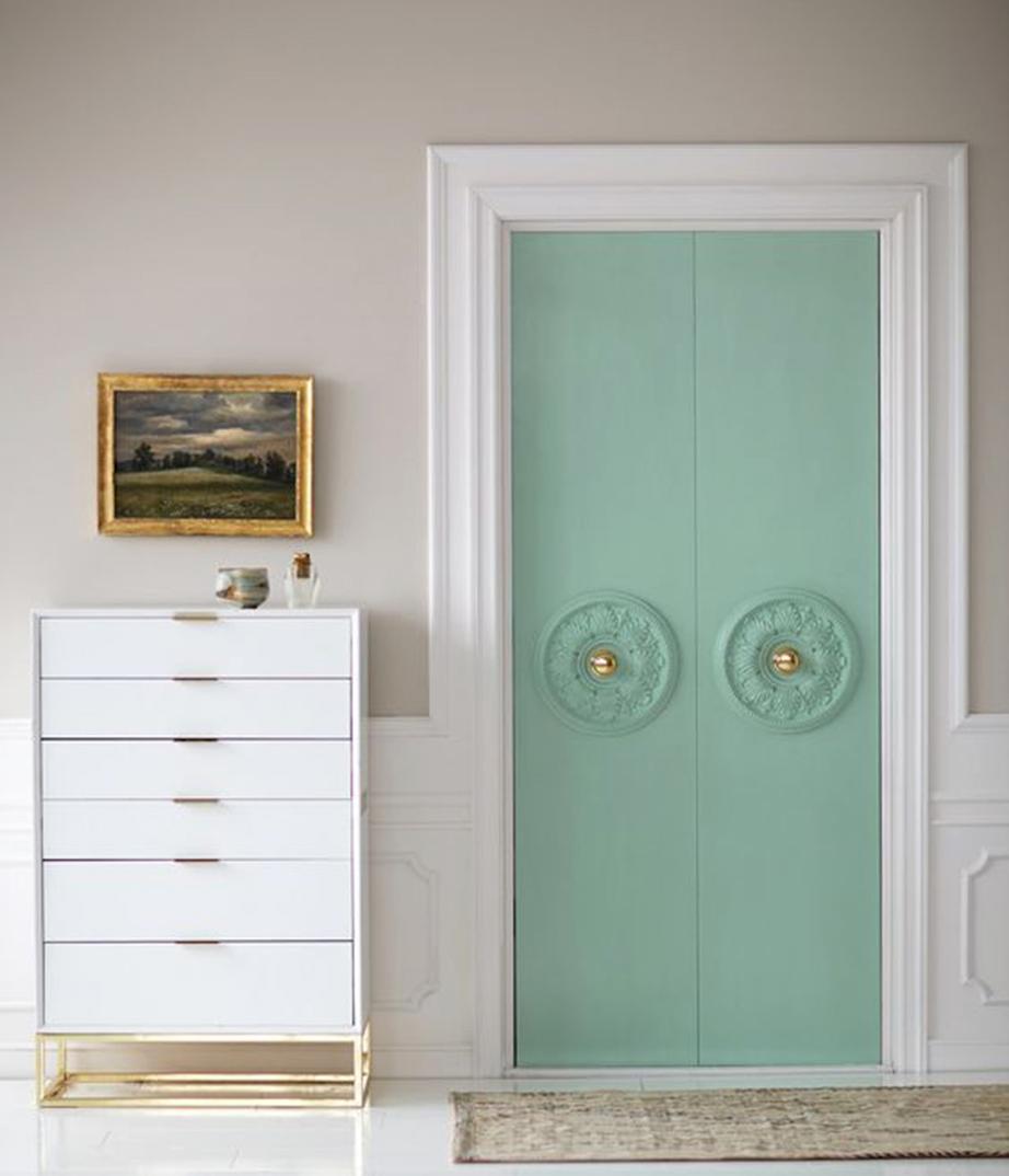 Χρησιμοποιήστε ροζέτες για να διακοσμήσετε την ντουλάπα σας με τον πιο Βικτωριανού τύπου στιλ.