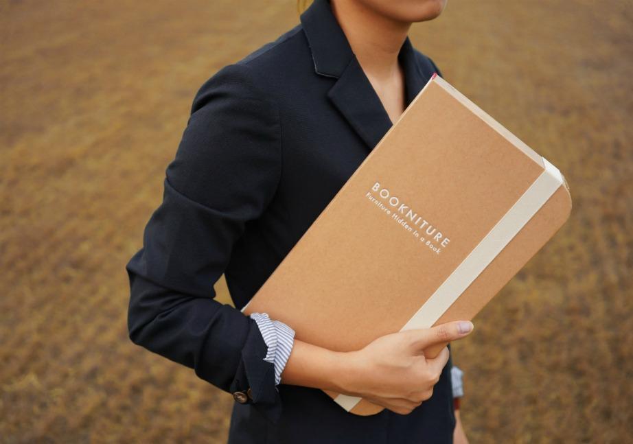 Όταν το bookniture είναι διπλωμένο μοιάζει με μεγάλο βιβλίο.