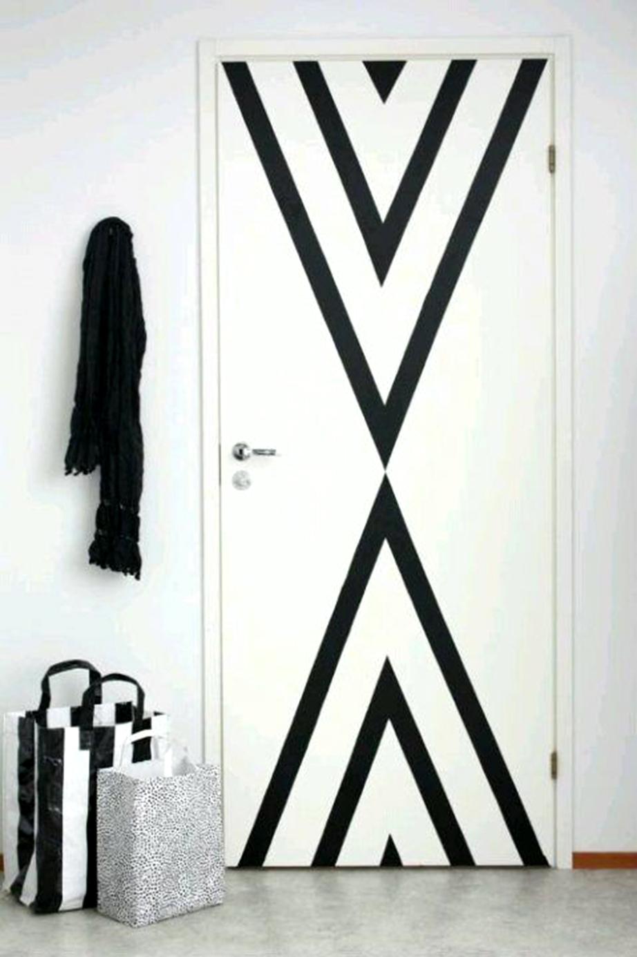Δημιουργήστε γεωμετρικά σχέδια πάνω στις πόρτες του σπιτιού με διακοσμητικές ταινίες.
