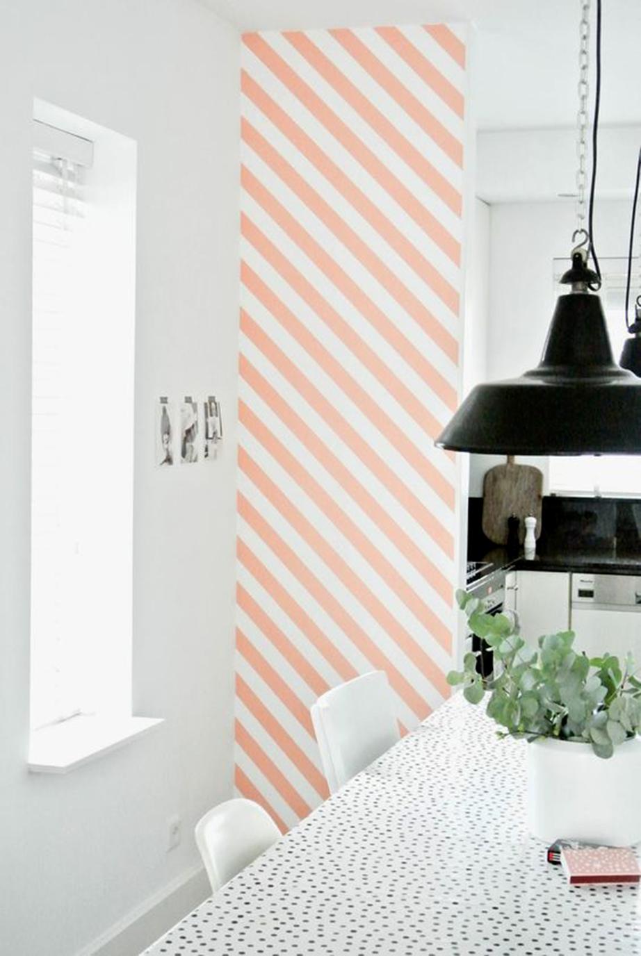 Δημιουργήστε διαγώνιες παράλληλες γραμμές σε μια επιφάνεια του τοίχου της κουζίνας σας.