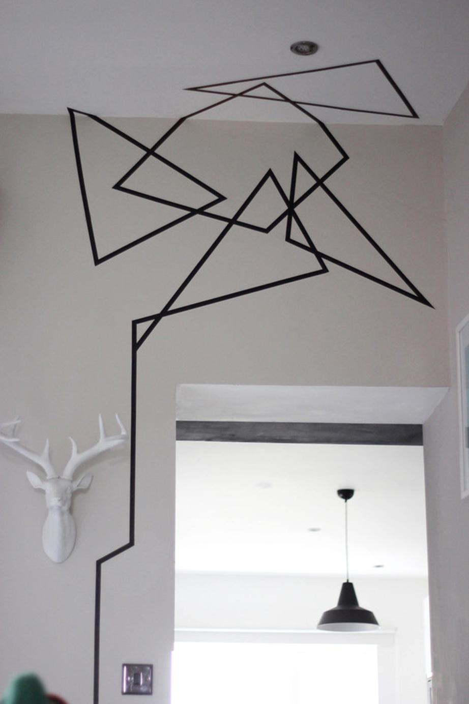 Στο χολ ή το διάδρομο δημιουργήστε γεωμετρικά σχέδια με έμφαση προς την οροφή.