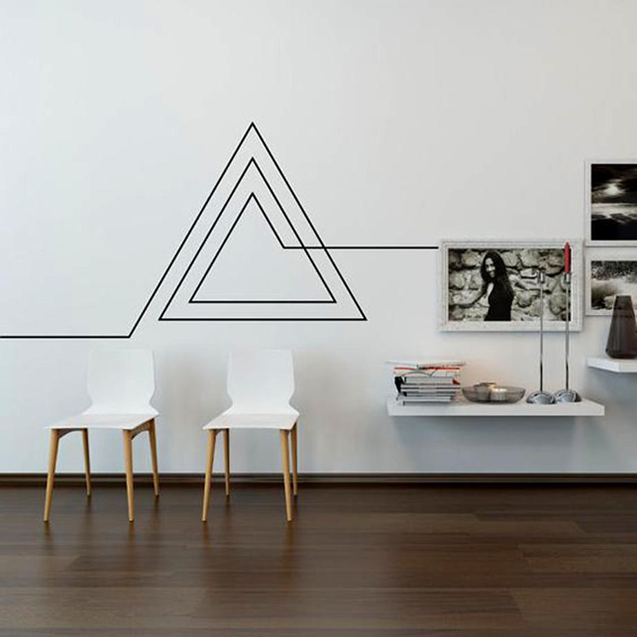 Δημιουργήστε ένα απλό γεωμετρικό σχήμα πάνω σε μια επιφάνεια τοίχου του καθιστικού σας όπου η διακόσμηση είναι από λιτή έως ανύπαρκτη.