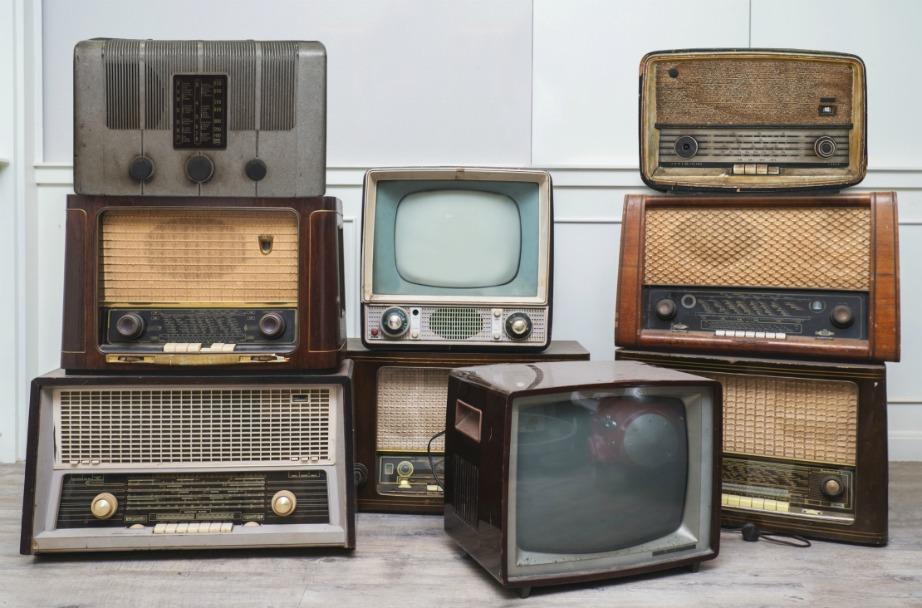Μια vintage ηλεκτρονική συσκευή θα μπορούσε να σας χρησιμεύσει διακοσμητικά. Αλλά αν έχετε πολλές συσκευές που δνε λειτουργούν πια ή είναι παλιομοδίτικες μην τις κρατάτε πια. Ήρθε η ώρα να γυρίσετε σελίδα στη διακόσμησή σας, για να μπορέσετε να γυρίσετε σελίδα και στο σπίτι σας.