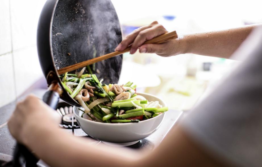 Καλύψτε την άσχημη μυρωδιά από το τηγάνισμα με μερικά όμορφα μυρωδικά.