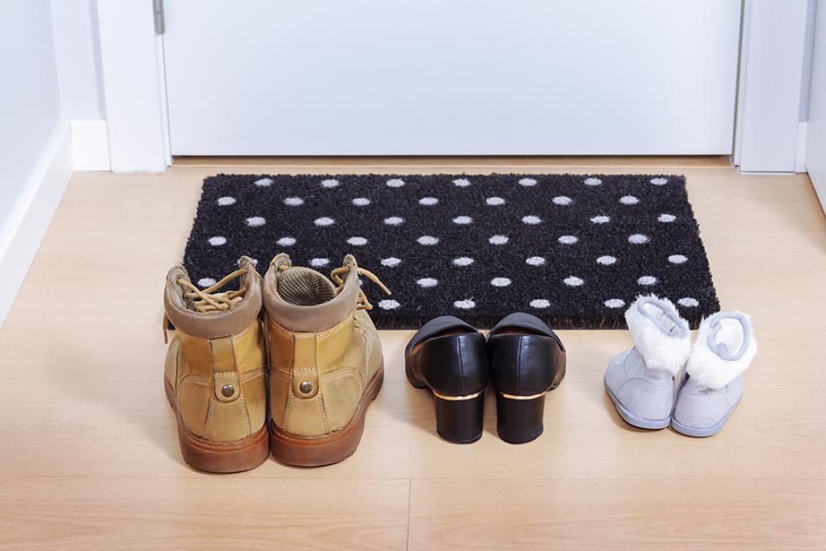 Αν τα παπούτσια δεν μπορούν να μείνουν έξω από το σπίτι κρατήστε τα τουλάχιστον ένα βήμα από την πόρτα της εισόδου.