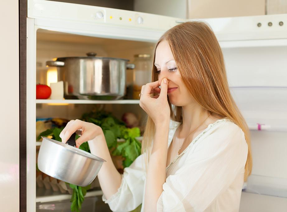 Ελέγξτε όλα όσα έχετε μέσα στο ψυγείο σας και απομακρύνετε όσα έχουν ο καιρός τους περάσει.