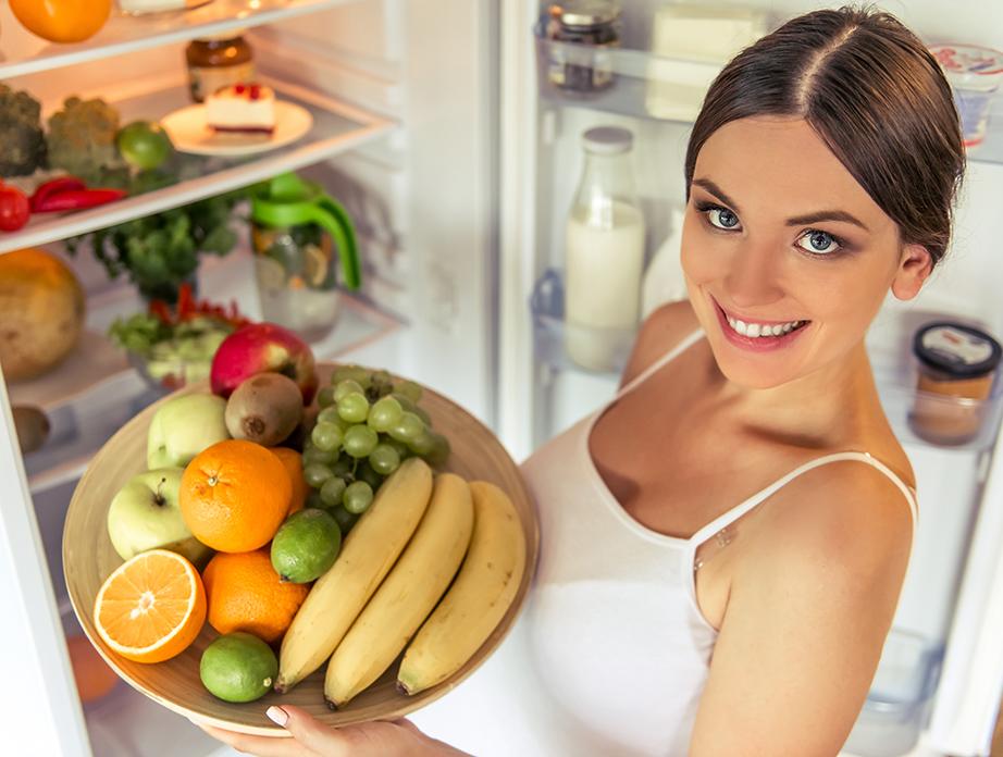 Χρησιμοποιήστε ένα μπολ για τα φρούτα σας και τοποθετήστε τα σε ένα ράφι του ψυγείου για να χρειάζεται να τα πετάτε όταν θα ξεχνάτε την ύπαρξή τους.