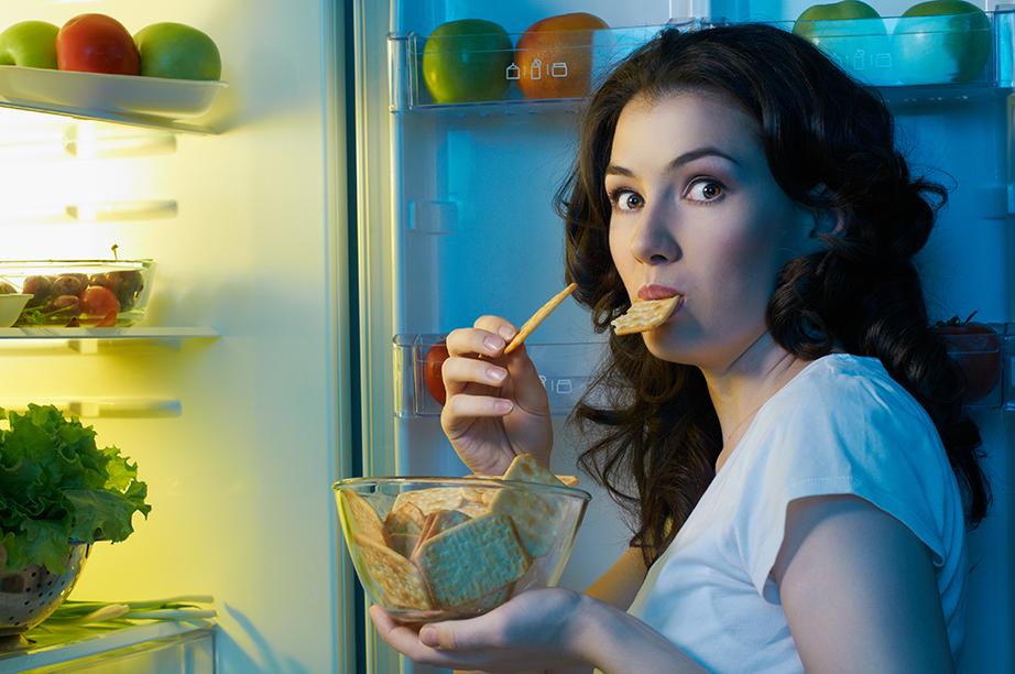 Κρατήστε τα σνάκς στο συρτάρι του ψυγείου για να μη χρειάζεται να το αποδιοργανώνετε όταν σας πιάνουν λιγούρες.