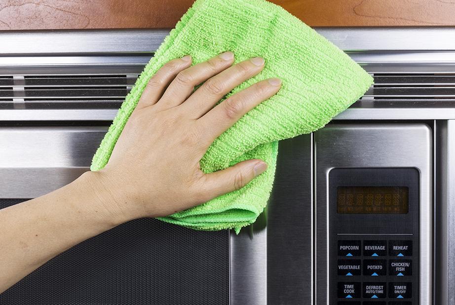 Περάστε με απαλές κινήσεις ένα πανί με μικροΐνες πάνω από την επιφάνεια που καθαρίσατε για να μαζέψετε τα υπολείμματα σαπουνιού από το προηγούμενο στάδιο.
