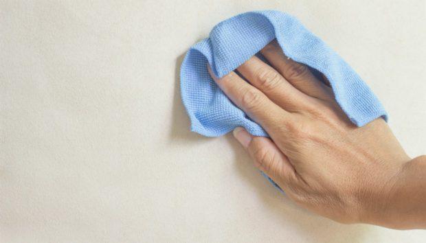 «Πώς θα καθαρίσω τέλεια έναν βρώμικο τοίχο χωρίς να του αφήσω στάμπες;»