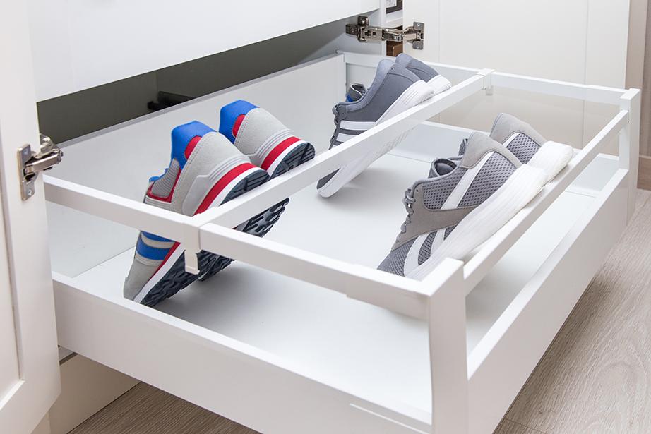 Λίγο αποξηραμένο κατακάθι καφέ μέσα στην παπουτσοθήκη θα απορροφήσει τις δυσάρεστες οσμές των παπουτσιών.