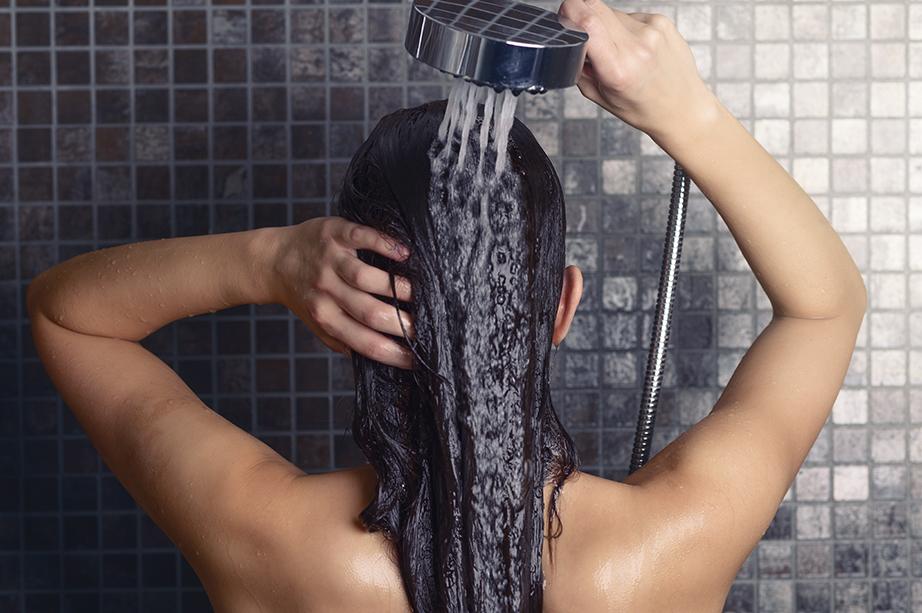 Αντικαταστήστε τη μαλακτική των μαλλιών σας μετά το λούσιμο με γάλα.
