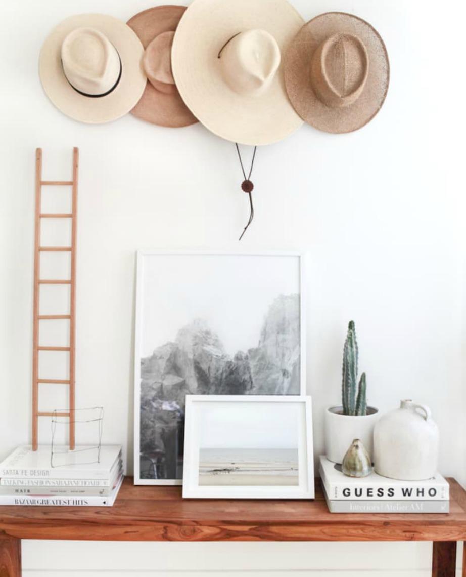Τα καπέλα είναι αντικείμενα που μπορούν επίσης να διακοσμήσουν έναν τοίχο.