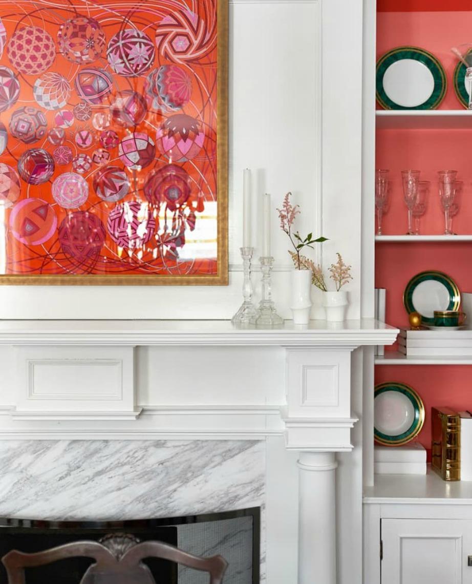 Βρείτε ένα φουλάρι με ζωηρά χρώματα και βάλτε του κορνίζα.