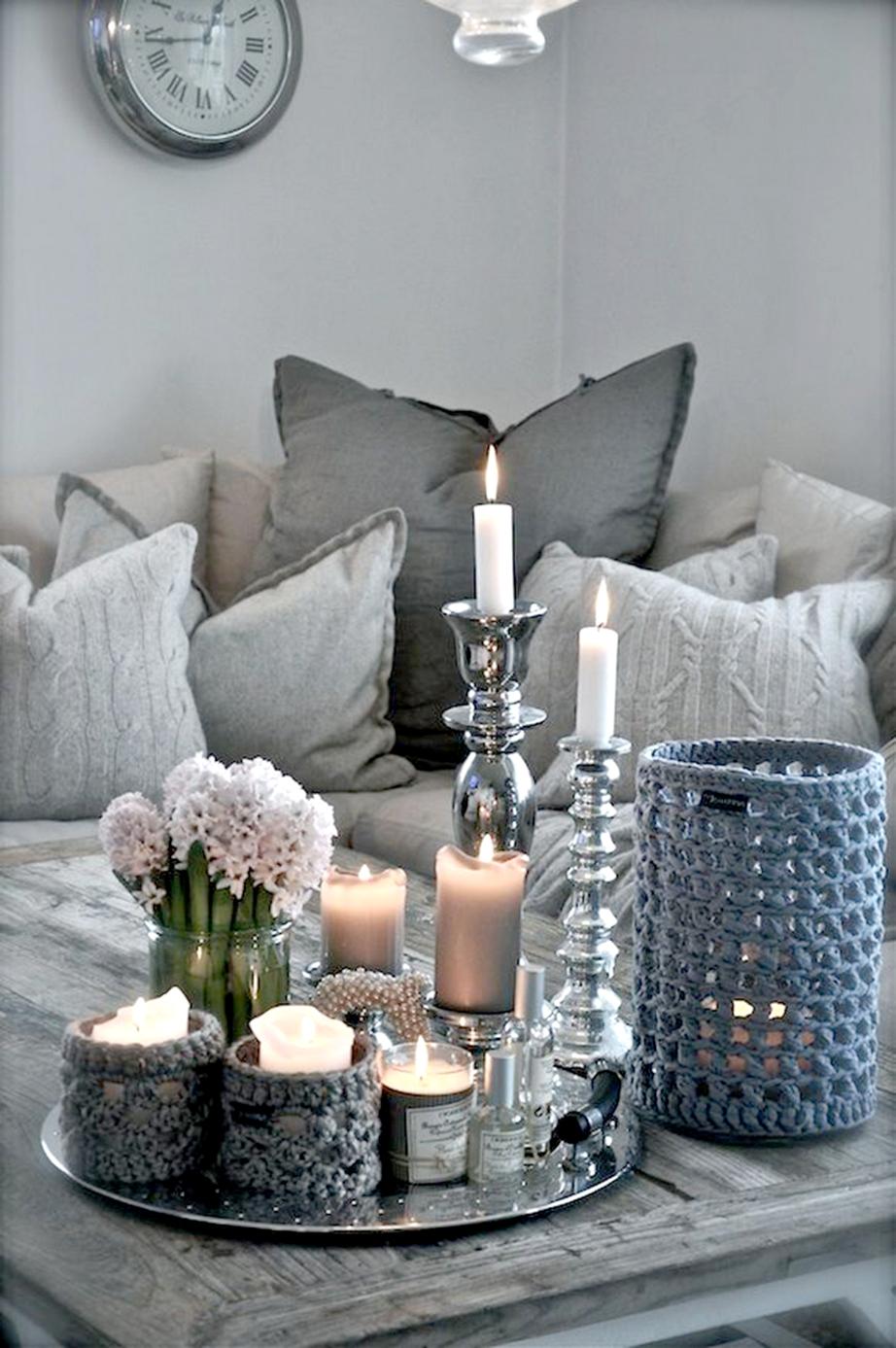 Αλλάξτε τα καλύμματα στα μαξιλάρια του καναπέ και τη θεματολογία του δίσκου στο coffee table.