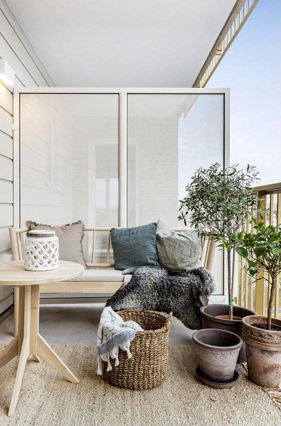 Βάλτε στη βεράντα σας ένα χαλί για να δείξει αμέσως ο χώρος πιο ζεστός και φιλόξενος.