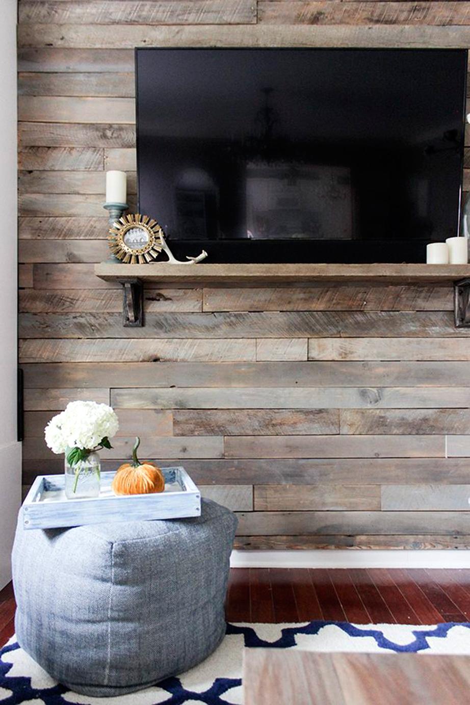Η μεταμόρφωση του χώρους με την κάλυψη ενός τοίχου με ξύλου θα σας ξαφνιάσει ευχάριστα.