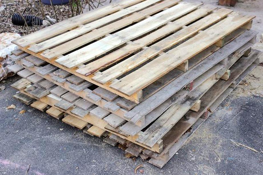 Ξύλινες παλέτες μπορείτε να βρείτε σε αποθήκες ξυλείας ή ακόμη και στο δρόμο.