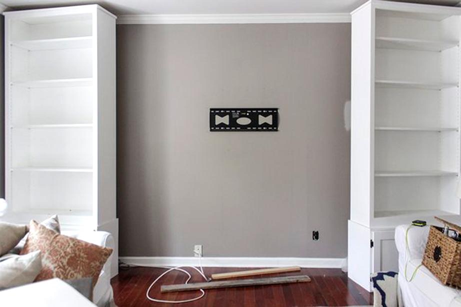 Βρείτε τo κέντρο της επιφάνειας του τοίχου όπου θα γίνει η κατασκευή σας και τοποθετήστε τη βάση της τηλεόρασης.