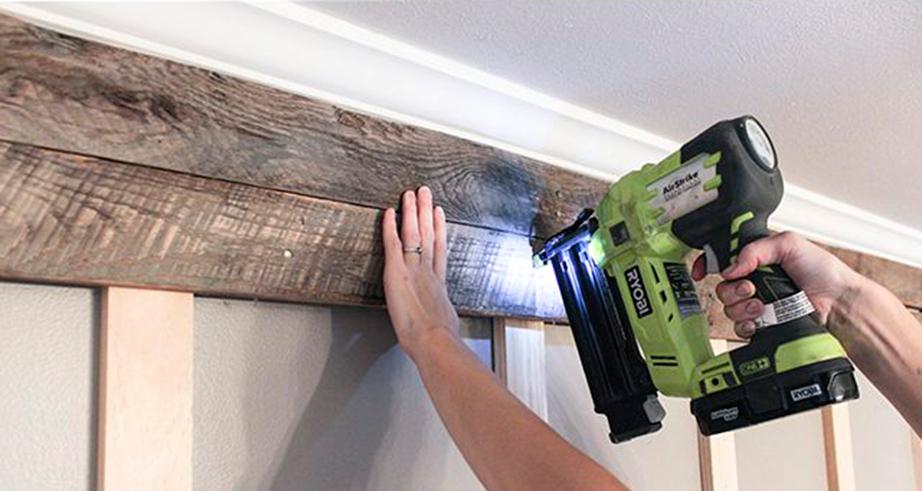 Περάστε τα καλώδια από τα αυλάκια και στερεώστε τα στον τοίχο με τις ρόκες καλωδίων ή με τη μονωτική ταινία.