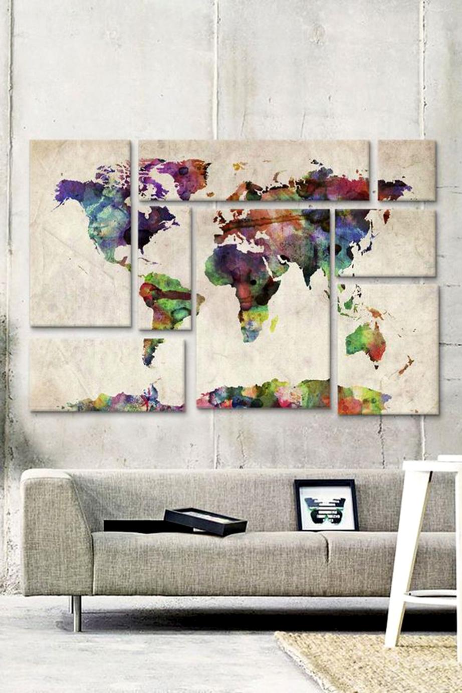 Ένας χάρτης αποτελούμενος από πολλές και ανόμοιες μεταξύ τους, βάσει σχήματος και μεγέθους, κορνίζες μπορεί να αποτελέσει το κεντρικό θέμα ενός τοίχου του καθιστικού σας.