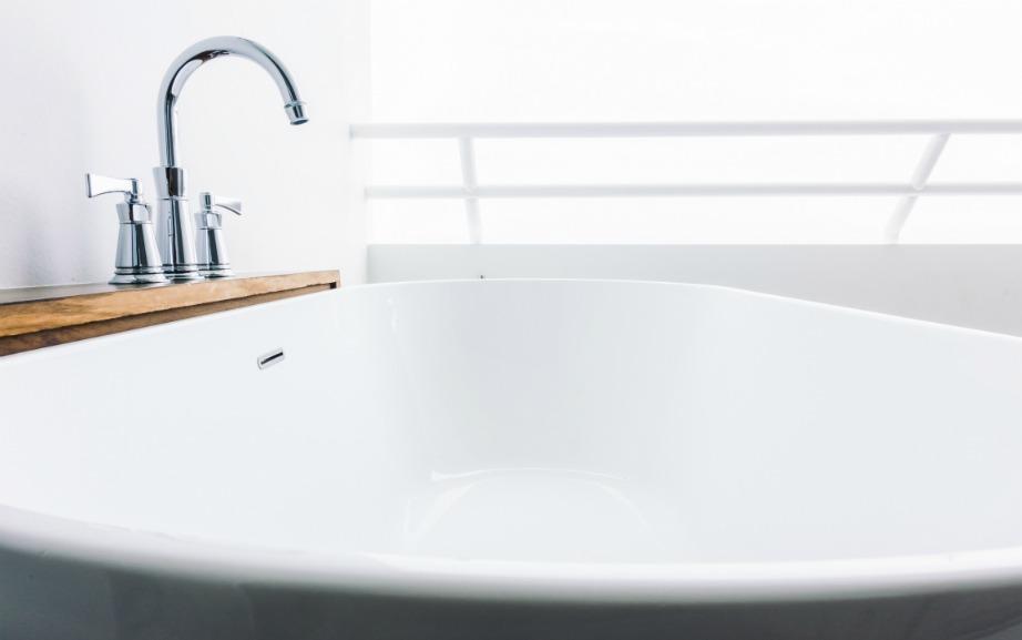 Καθαρίστε και απολυμάντε την μπανιέρα σας. Προσχή! Είναι δύο τελείως διαφορετικά πράγματα.