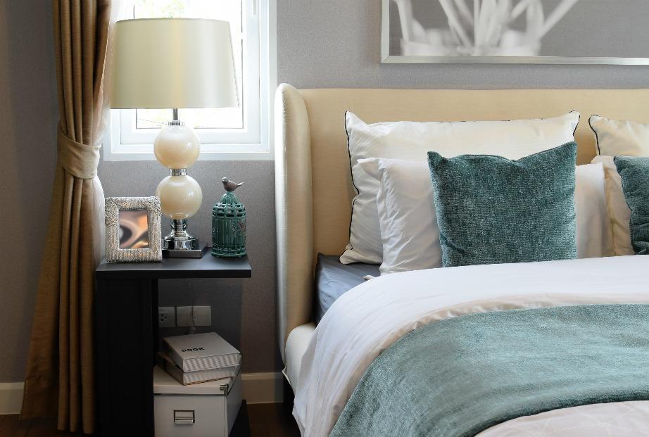 Σύμφωνα με το φενγκ σούι ένα δωμάτιο πρέπει να είναι πολύ οργανωμένο, καθαρό και τακτοποιημένο για να φέρει ηρεμία και τάξη και στη ζωή σας.