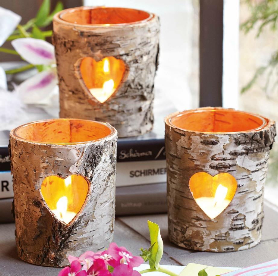 Φτιάξτε μόνοι σας κεράκια χρησιμοποιώντας σαν πρώτη ύλη το ξύλο. Κόψτε το ξύλινο ποτηράκι σχηματίζοντας μια μικρή καρδιά για να φαίνεται ακόμα πιο όμορφα η λάμψη του κεριού σας.