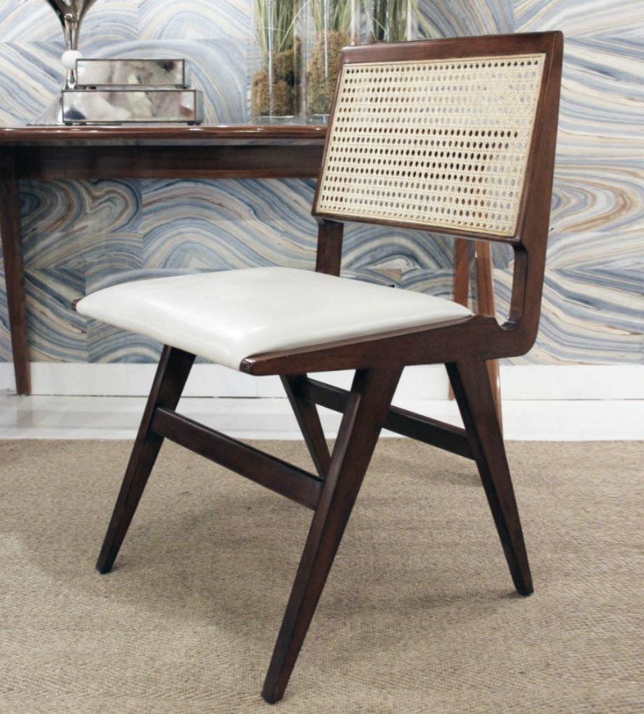 Αυτή η καρέκλα συνδυάζει παλιό με μοντέρνο στιλ.