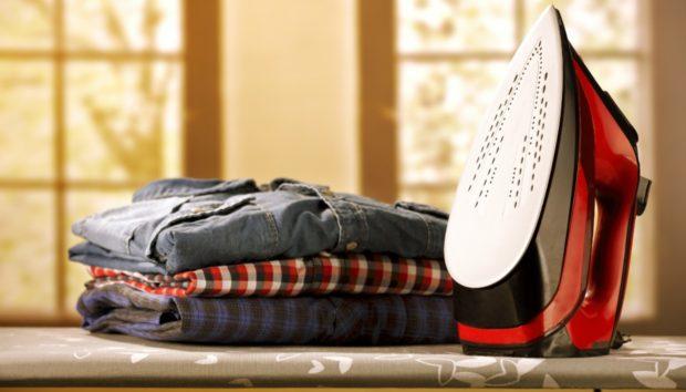 Να Γιατί Πρέπει να Σιδερώνετε τα Ρούχα από την Ανάποδη