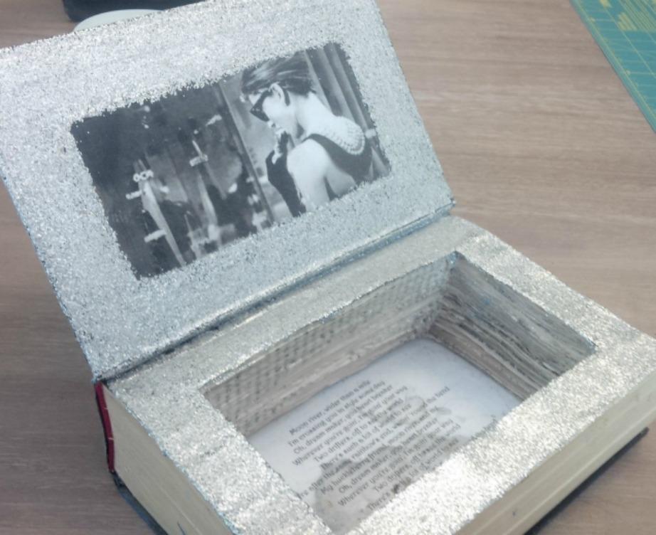 Κόψτε αρκετές σελίδες ενός βιβλίου για να φτιάξετε μια αυτοσχέδια κρυψώνα.