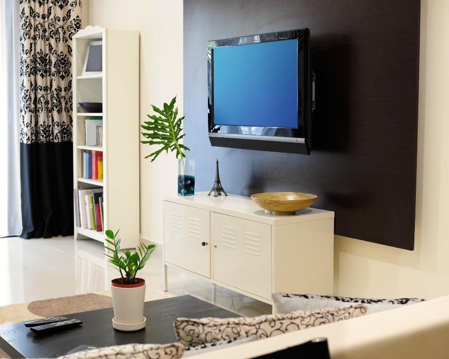 Παλιά ήταν must τώρα πια όχι! Η τηλεόραση τοποθετείται στον χώρο με τέτοιο τρόπο ώστε να μην αποτελεί το επίκεντρο της διακόσμησης.