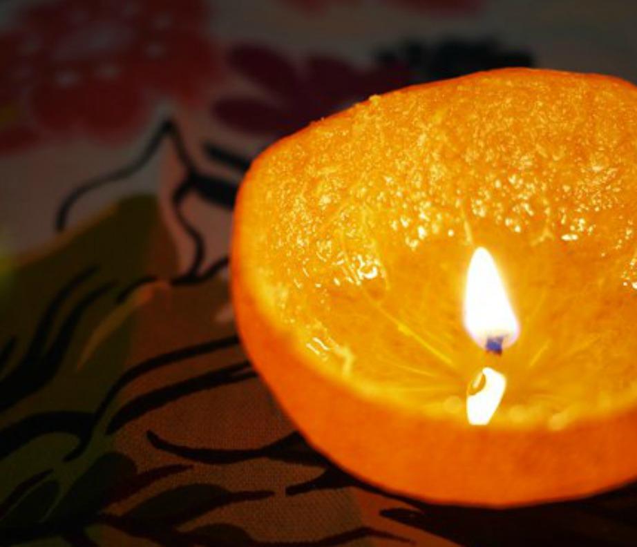 Ένα-δύο αρωματικά κεράκια πορτοκαλιού είναι υπεραρκετό για να αρωματιστεί φυσικά ο χώρος σας.