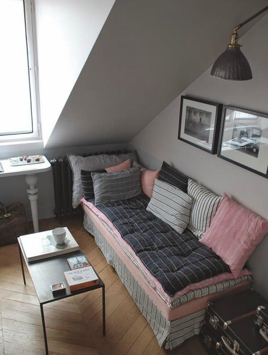 Ο όμορφα διακοσμημένος καναπές του σαλονιού λειτουργεί (αναγκαστικά ) και ως κρεβάτι.
