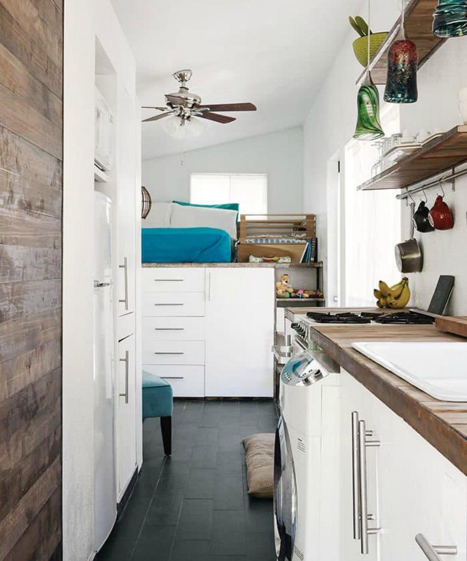 Το ζευγάρι που μένει σε αυτό το σπίτι εκμεταλλεύτηκε τον μακρύ διάδρομό του για να φτιάξει μια κουζίνα.