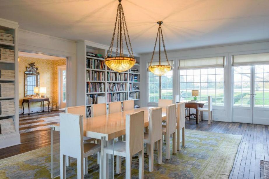 Σε παρόμοιους τόνους κινείται και η τραπεζαρία με κοινό παρονομαστή το άπλετο φυσικό φως.