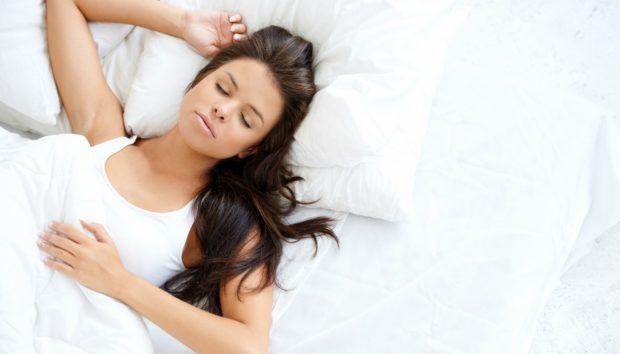 Λίπος στην Κοιλιά: Τι να Πιείτε Πριν Κοιμηθείτε για να το Κάψετε