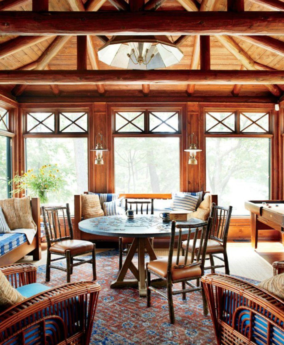 Ένα σαλόνι που αφήνει το φως του ήλιου να μπαίνει αβίαστα μέσα από τα μεγάλα παράθυρά του.