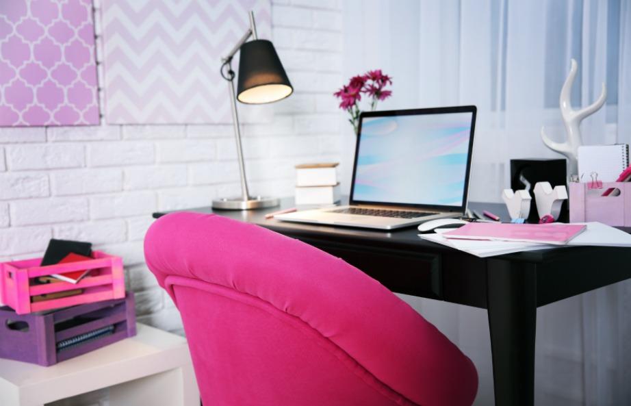 Εκμεταλλευτείτε μια γωνία για να φτιάξετε γραφείο.