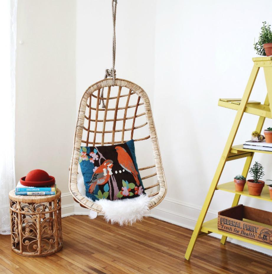 Προσθέστε ραφάκια με βιβλία δίπλα στην καρέκλα σας ή ακόμα και μια ναοιχτή σκάλα που θα λειτουργήσει ως ραφιέρα.