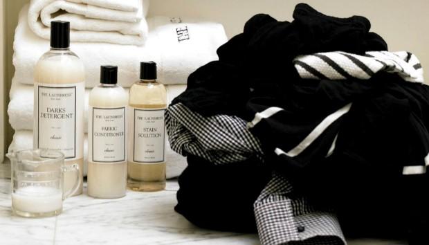 Μάθετε πώς θα Αφαιρέσετε τους Λεκέδες από τα Σκουρόχρωμα Ρούχα σας!
